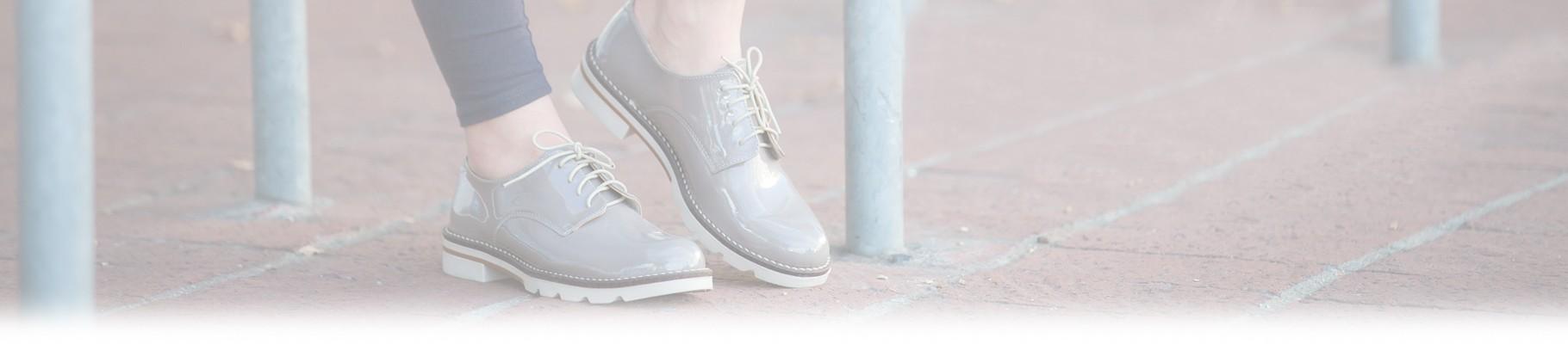 Le scarpe stringate da donna sono l'accessorio moda per eccellenza